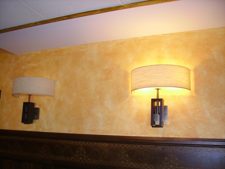 Pintado del  techo con plástico, moldura con betún de Judea y paredes con pintura con relieves y pátinas de cera