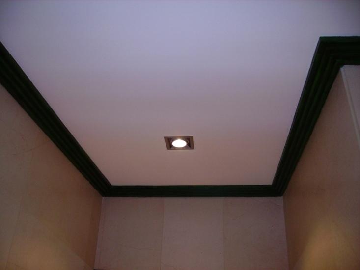 Pitado del techo con plástico y moldura con esmalte mate