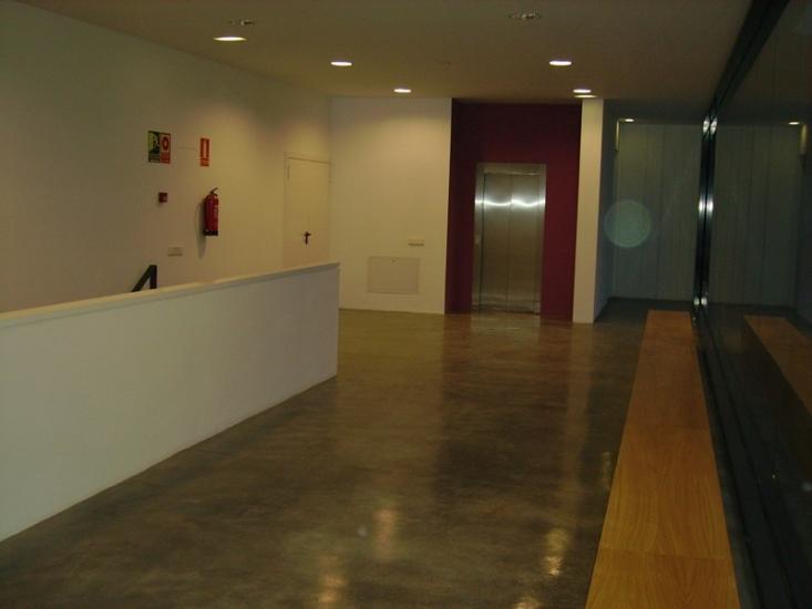 Pintado de techos y paredes con pintura plástica, barnizado de suelo y pintado de entrada al ascensor