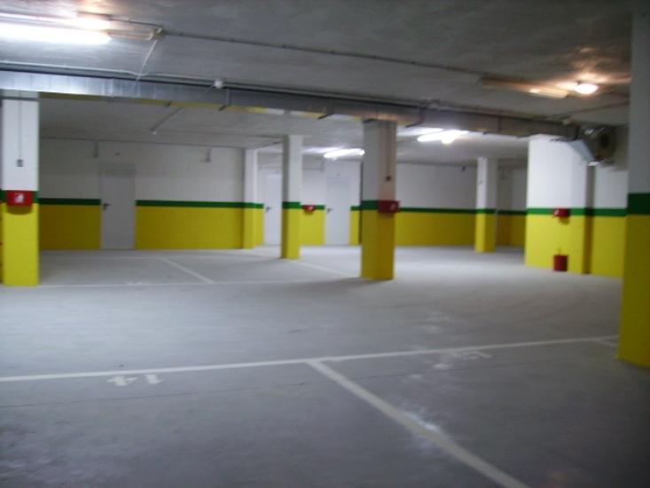 Pintado de techos, paredes y zócalo con plástico y trazado, marcado y pintado de plazas de aparcamiento con pintura de señalización vial