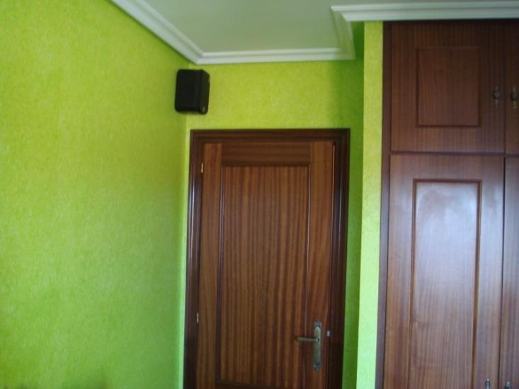 Pintado del techo con plástico y paredes con pintura en efecto trapeado