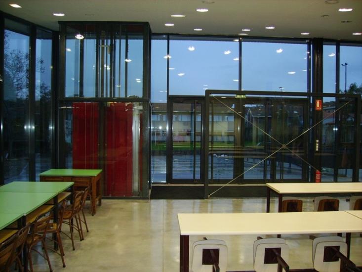 Pintado del techo con plástico, estructura de hierro con esmalte ignífugo y barnizado del suelo