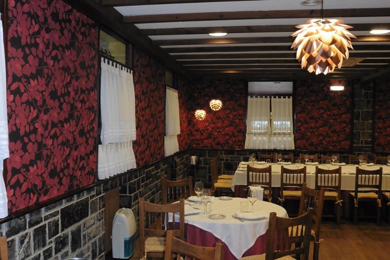 Pintado del techo con pintura plastica, barnizado de las vigas de madera y empapelado de las paredes